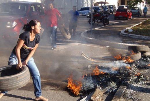 Professores concursados protestam em Marabá