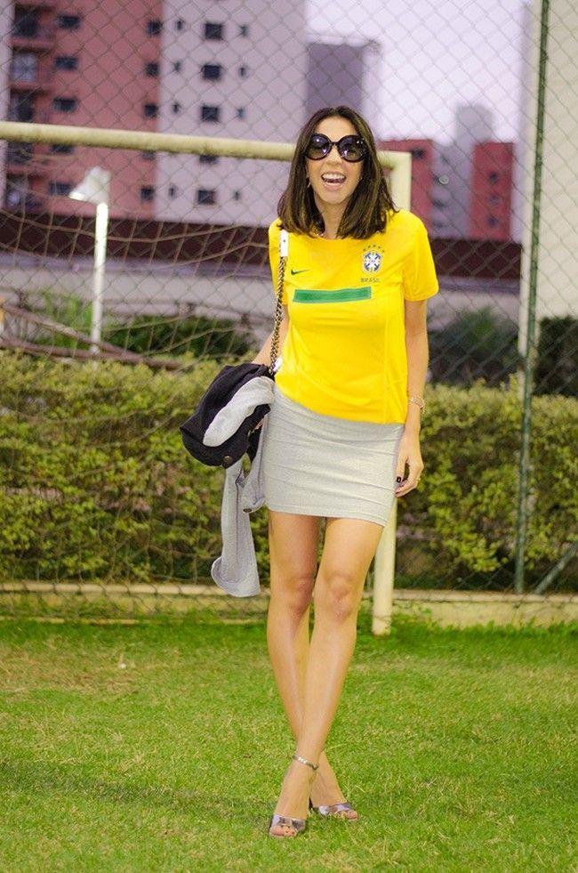 Confira alguns looks de blogueiras usando cores da bandeira brasileira e  inspire-se para criar suas próprias combinações para a Copa do Mundo  da5341610acd6